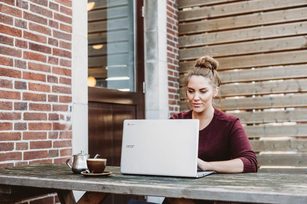 パソコンやっとる女性