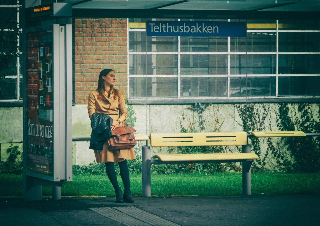 バス停で待ってる女性