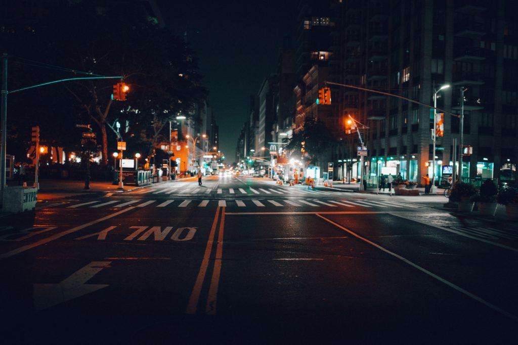 夜中の暗い道路