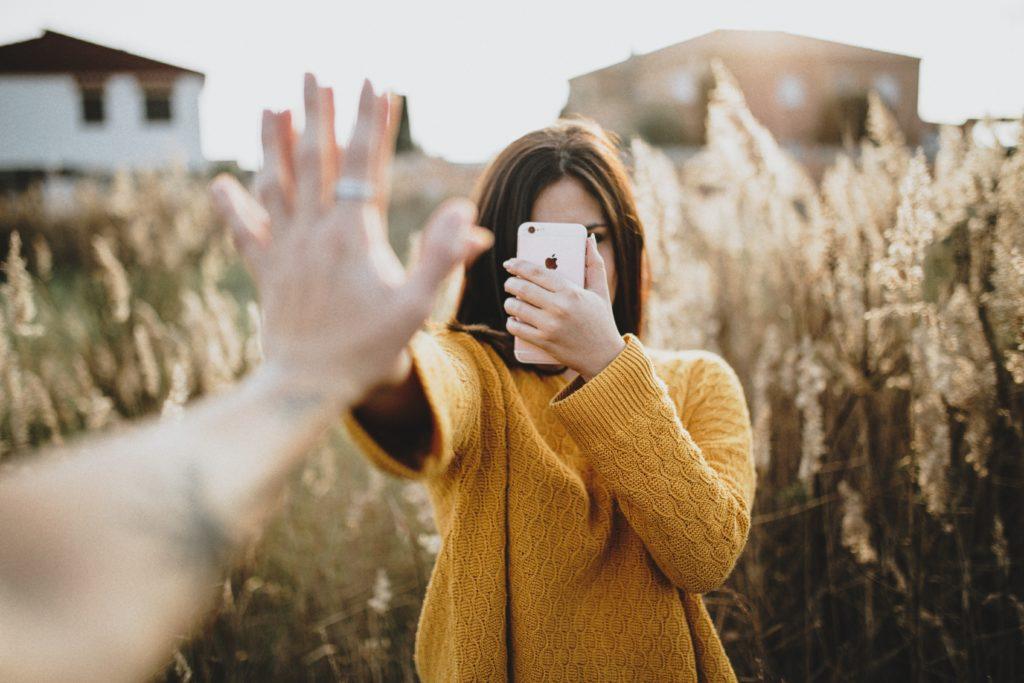 iphoneで自撮りしてる女性