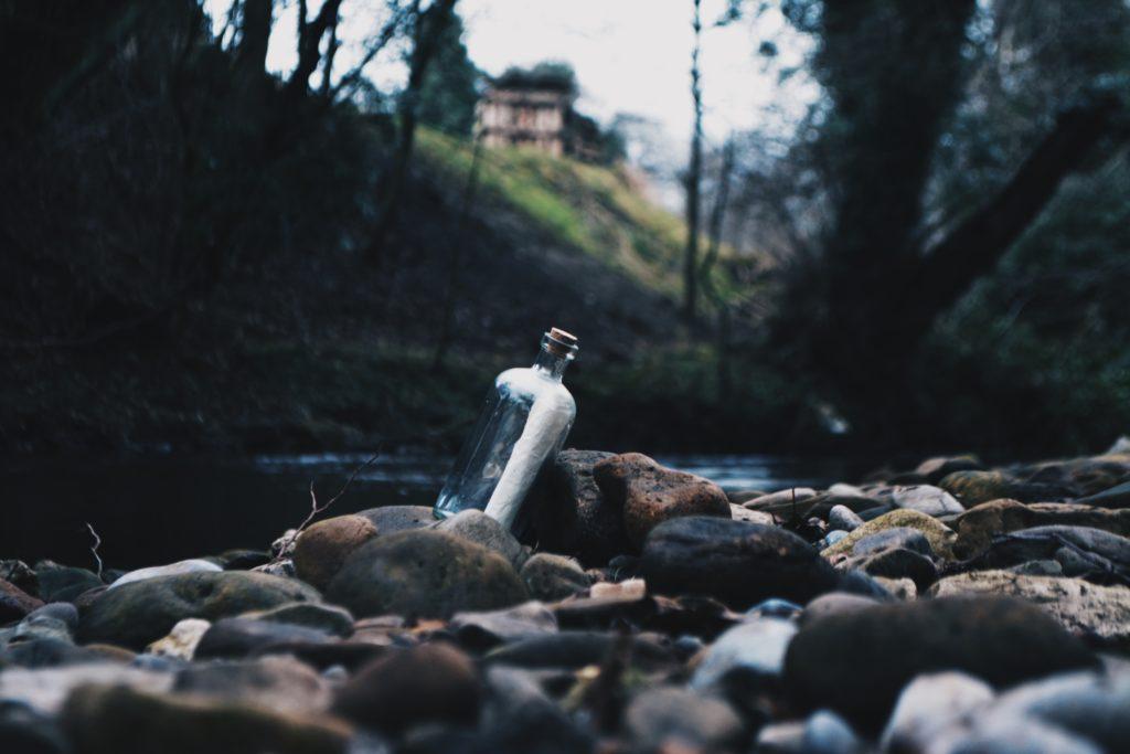 川に流れるボトル