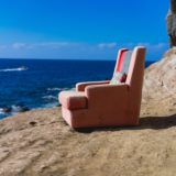 浜辺にあるリクライニングシート