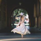 どこかの観光名所で踊ってる女性
