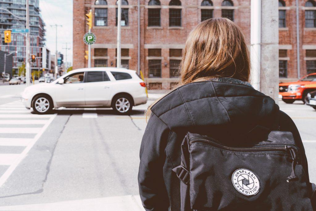 車に向かう女性