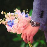 婚約者が花を持ってくサマ