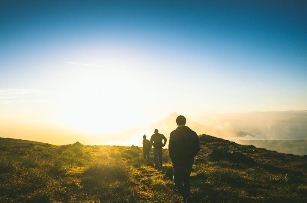 どこかの登山の頂上の太陽の眺め