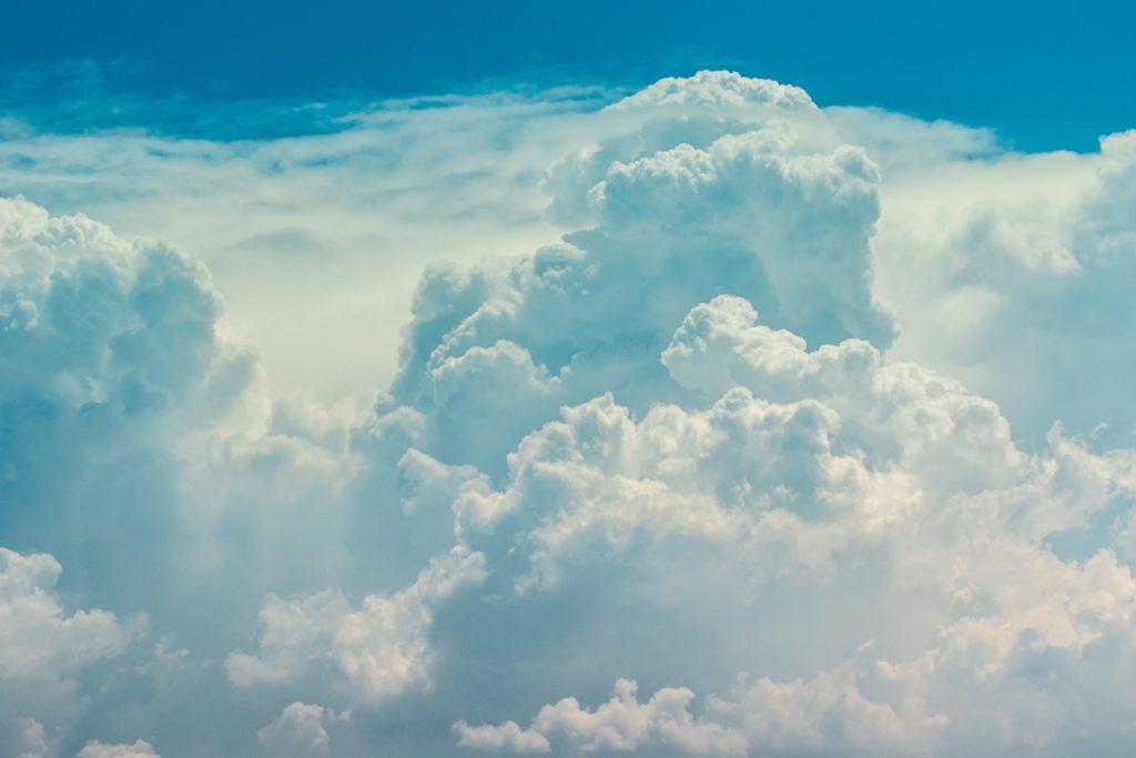 飛行機から眺める雲