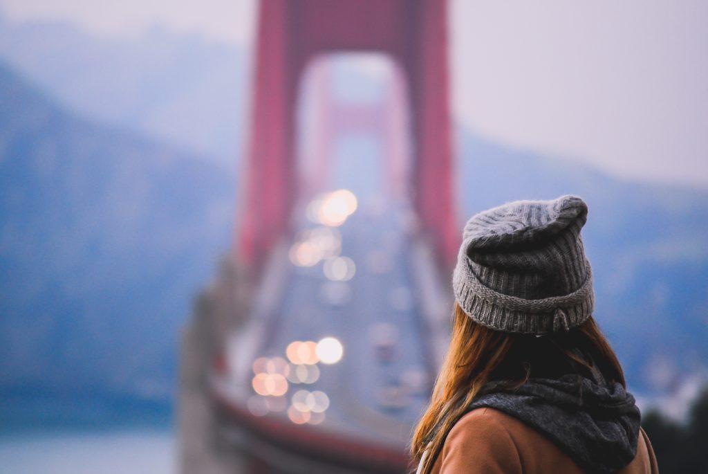 どこかのブリッジを見晴らしてる女性