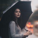 雨の日の傘をさしてる女性