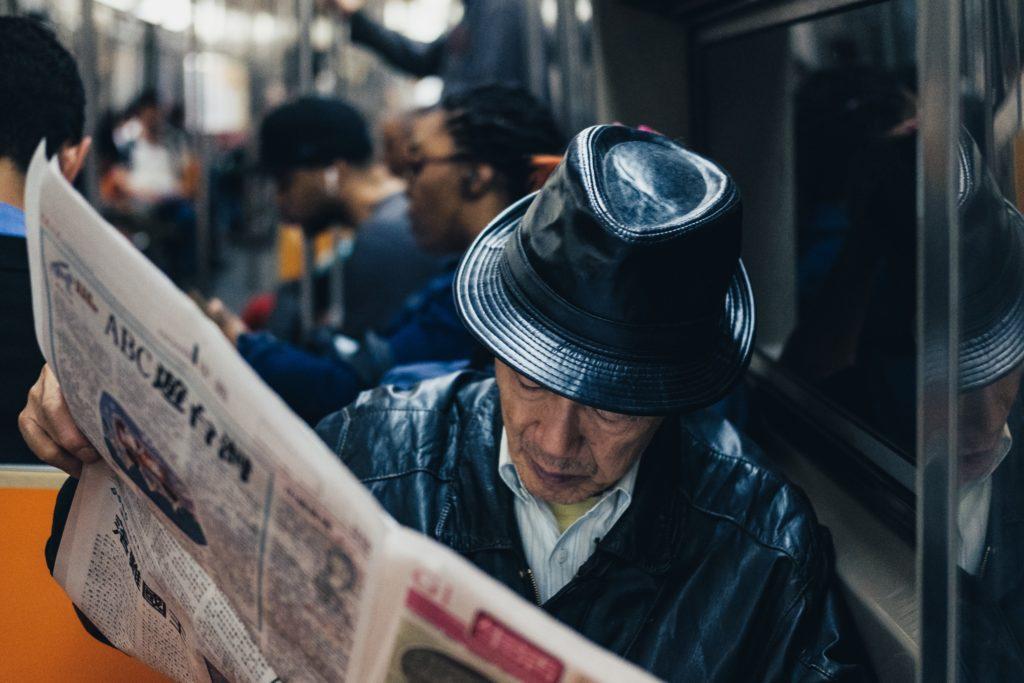 台湾系の新聞を読んでるご老人