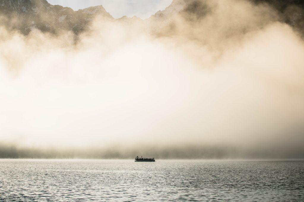 湖にポツンとこいでる小舟