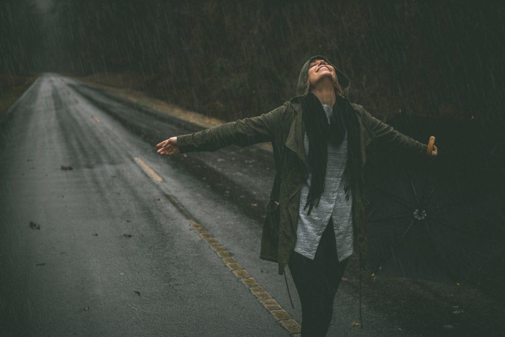 雨の中での禁愛