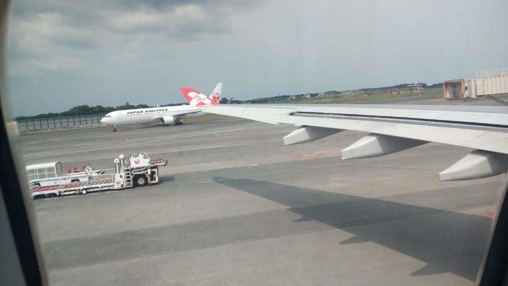 飛行機の窓から眺める景色