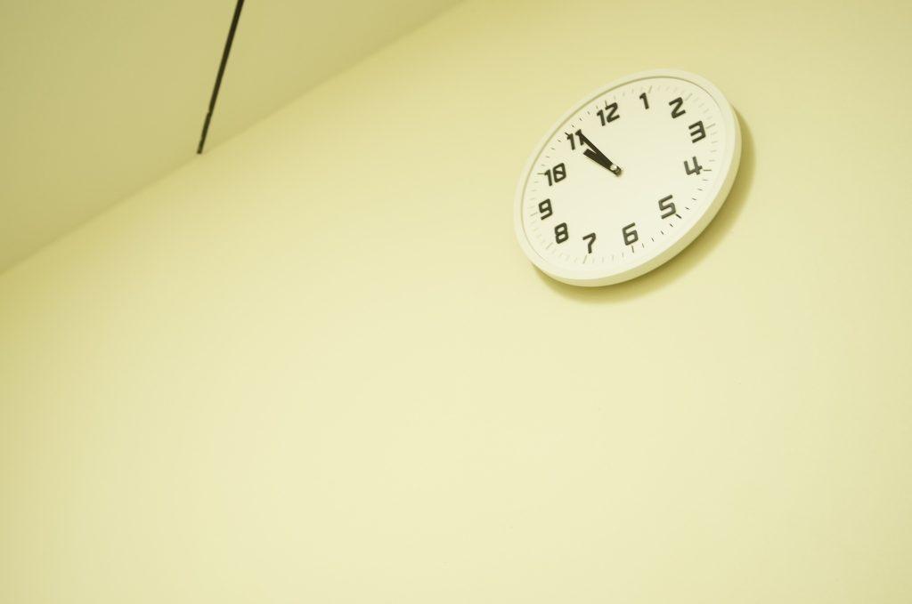 壁時計が22時をさしてる