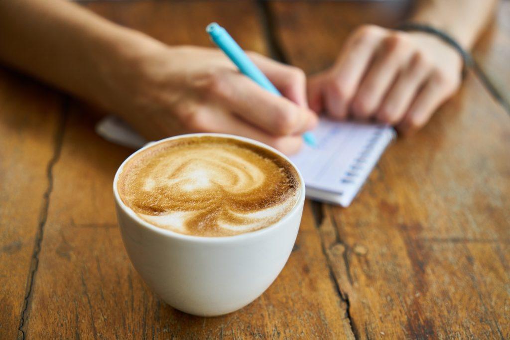 コーヒーカップとメモとペン