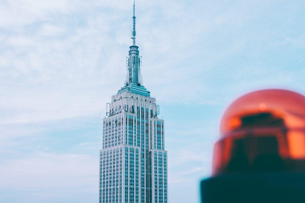 サイレンと高層ビル映ってる写真