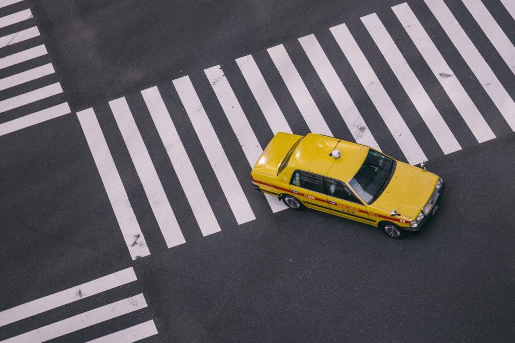 交差点走ってるタクシー
