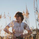 麦畑で写真撮ってる女性?
