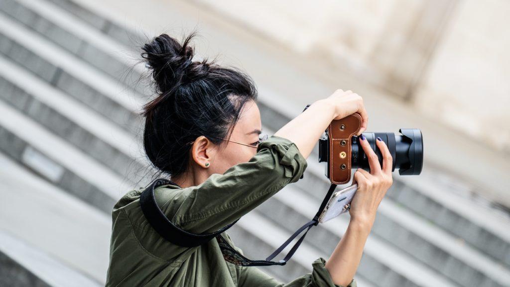 女性のカメラマン