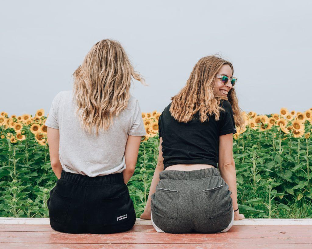 ヒマワリ畑を眺めてる女性二人