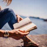 どこかの港で本を読んでる女性