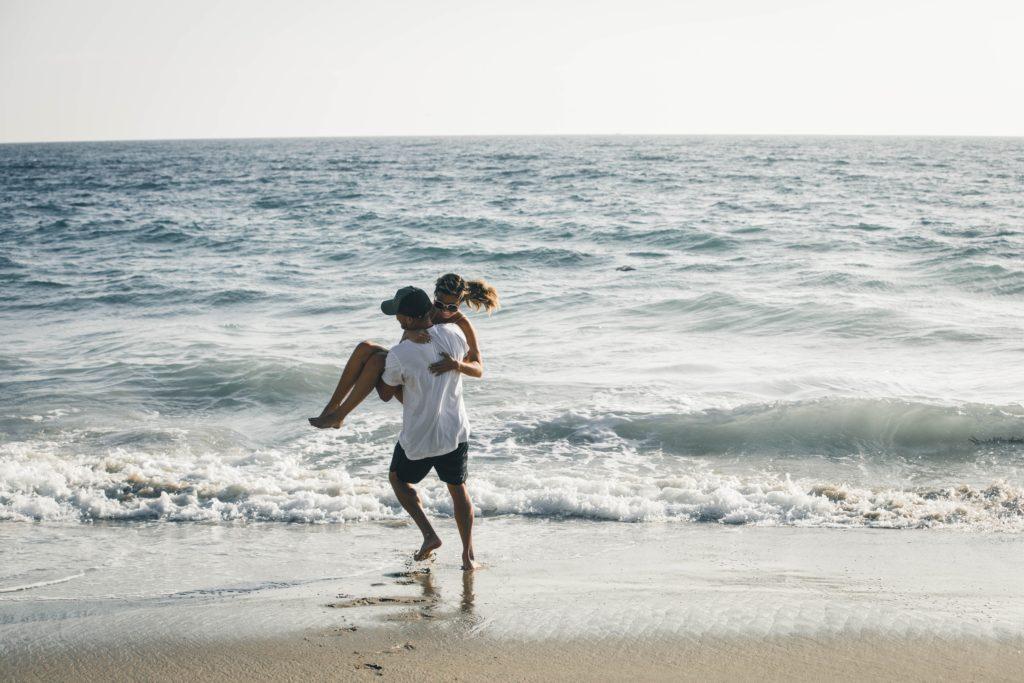 海辺でお姫様抱っこしてるシーン
