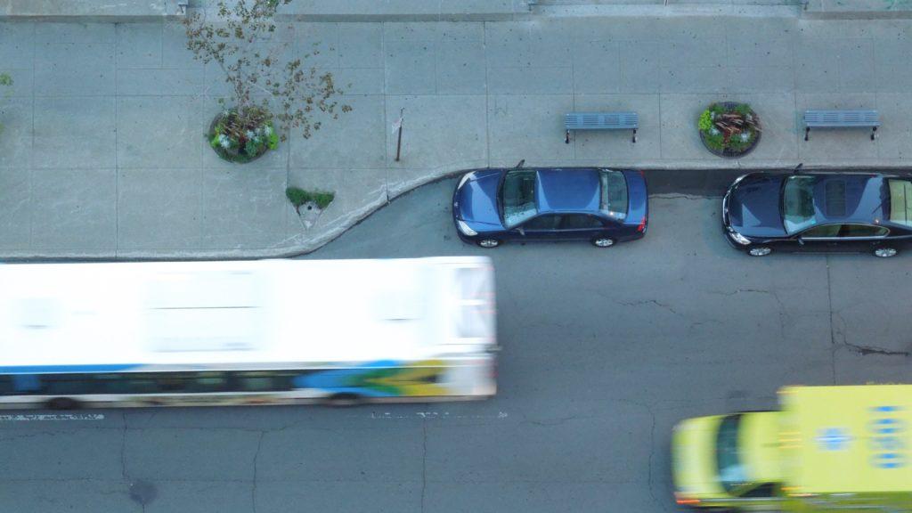 上空から撮影した黄色い救急車