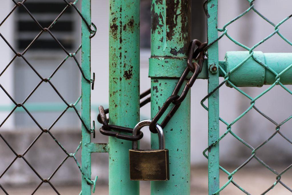 南京錠で鎖錠された写真