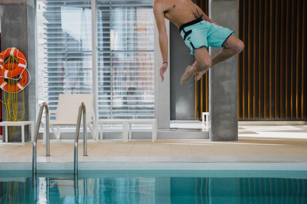 プールに飛び込む男性