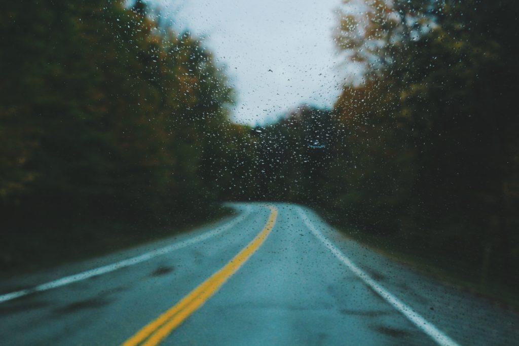 雨の中走行してる車