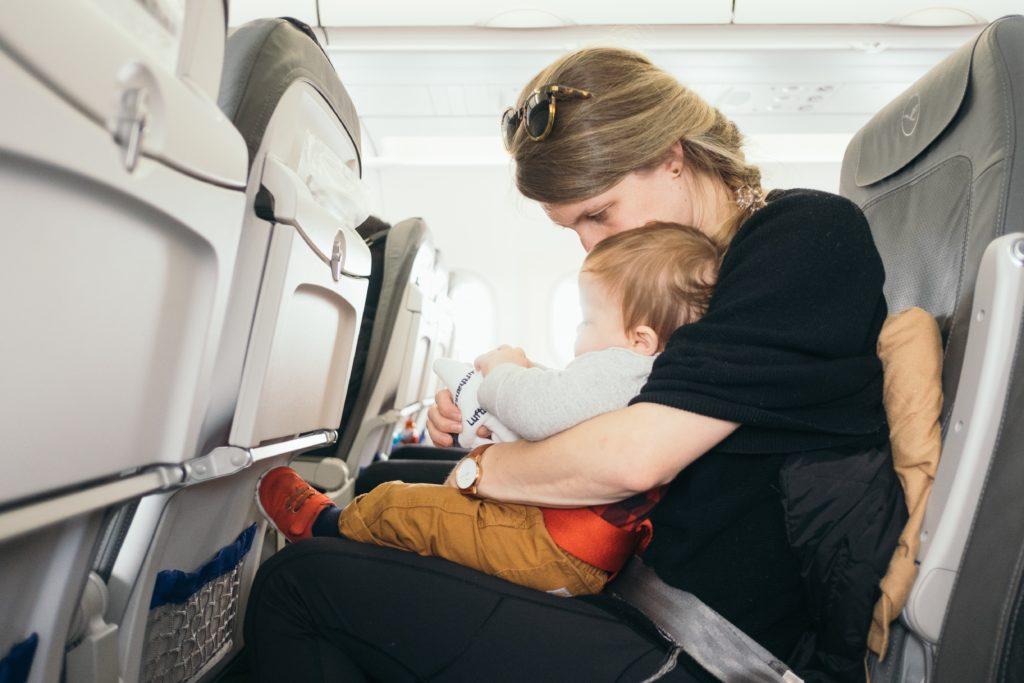 座席にいる母と子供