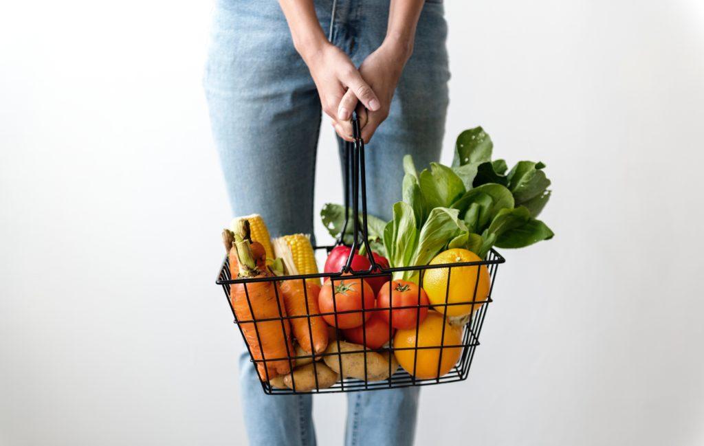 野菜がたくさん乗っかってるかご