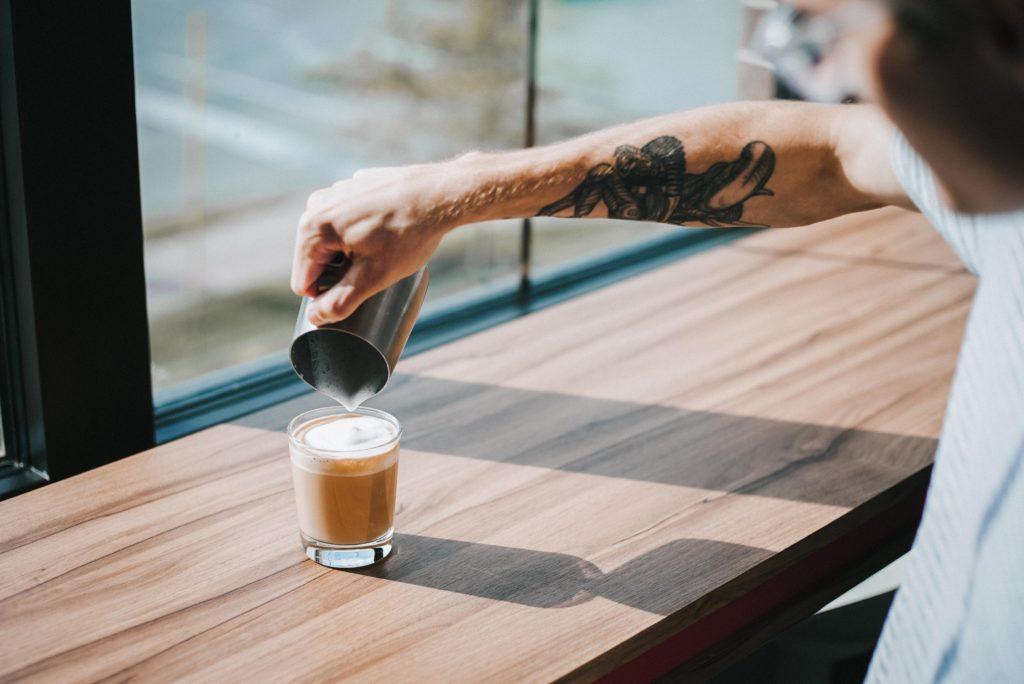 コーヒーついでる男性