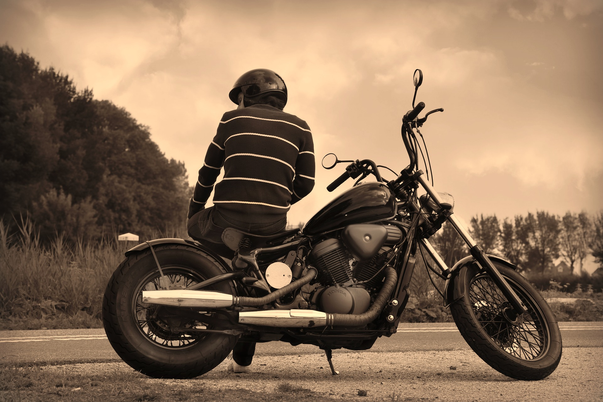 バイクでたそがれる男性