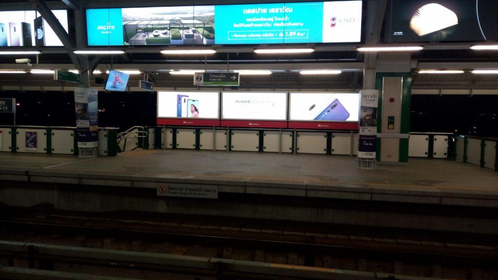 夜のサムローン駅