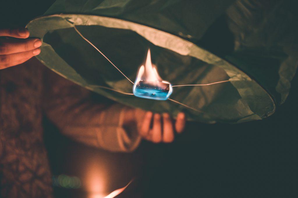 デカい葉っぱの上で何かを燃やしてる