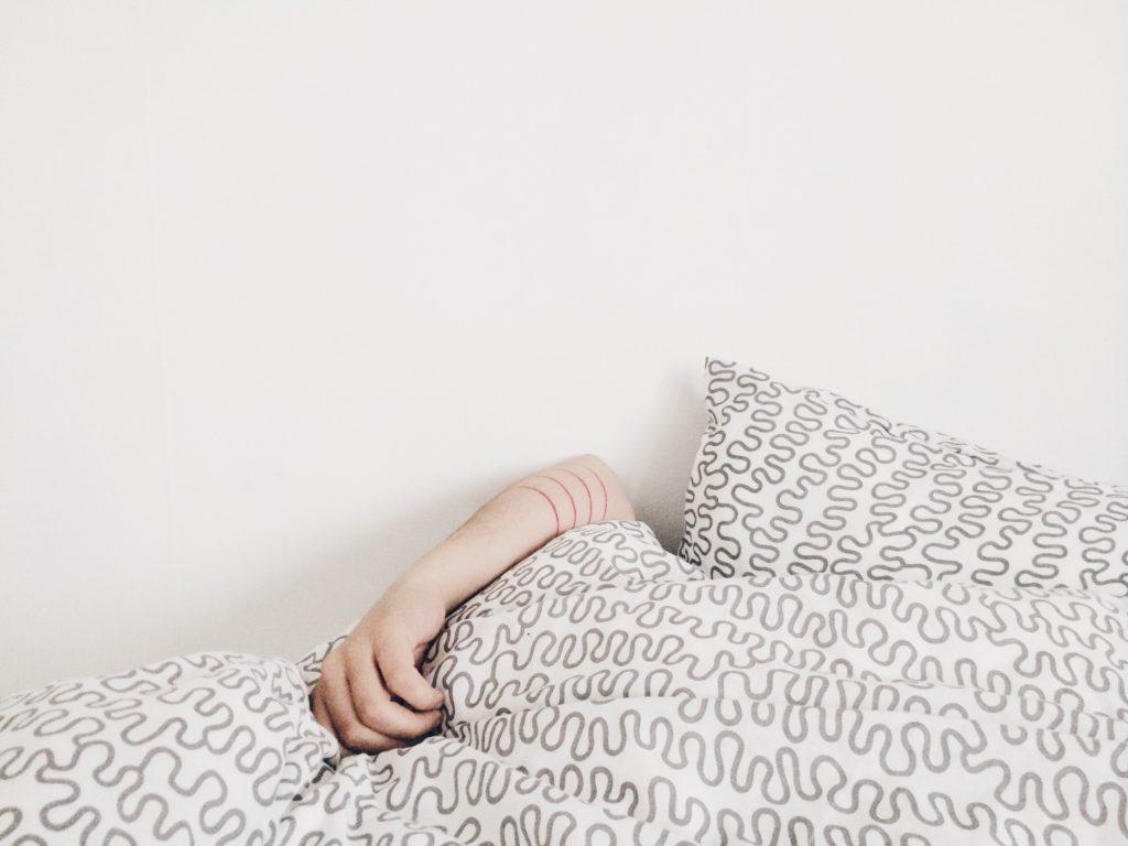 ベッドで寝てる人