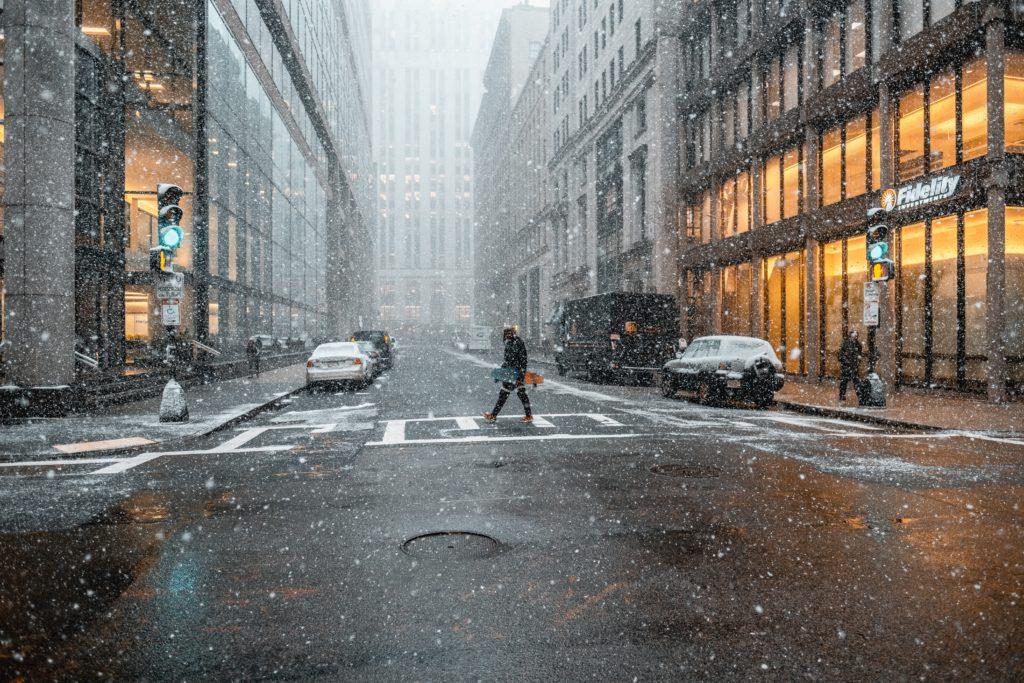 雪の中の市街地