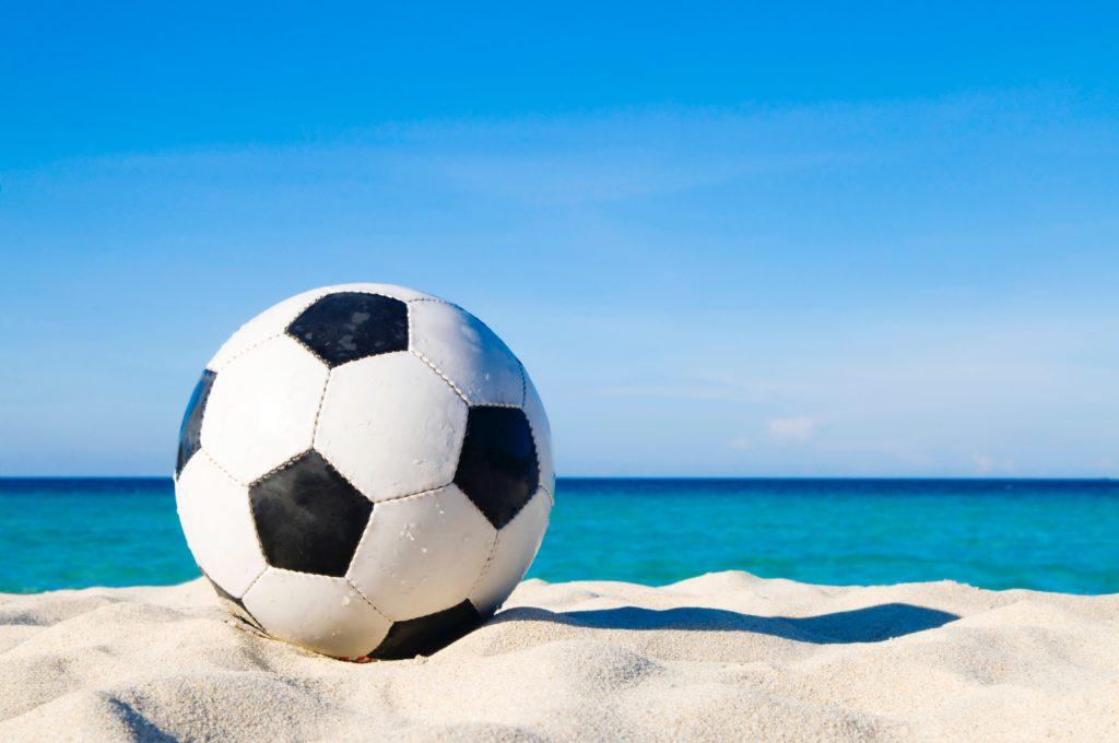 浜辺にあるサッカーボール