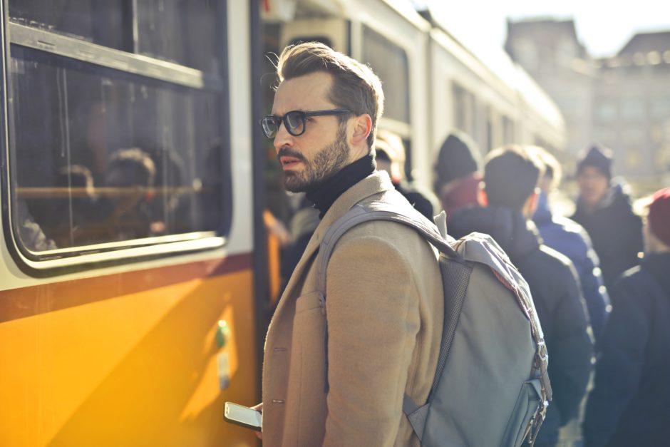 バス乗る男性