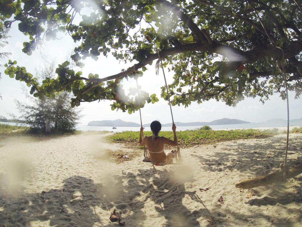 サムイ島でブランコしてる