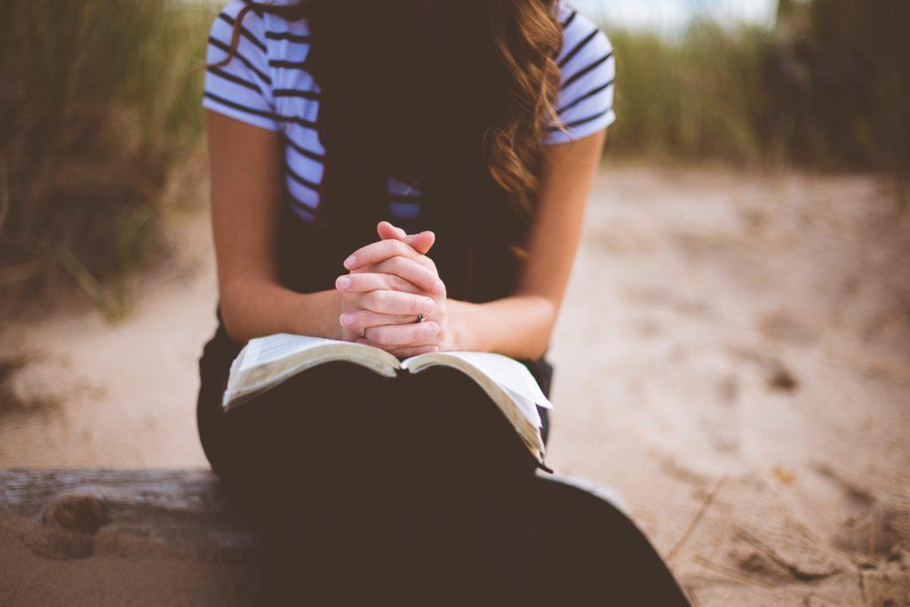 本読んでる女性
