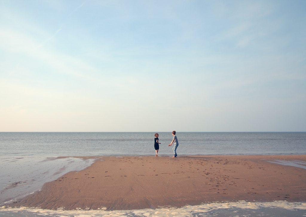 海で子供が遊んでる