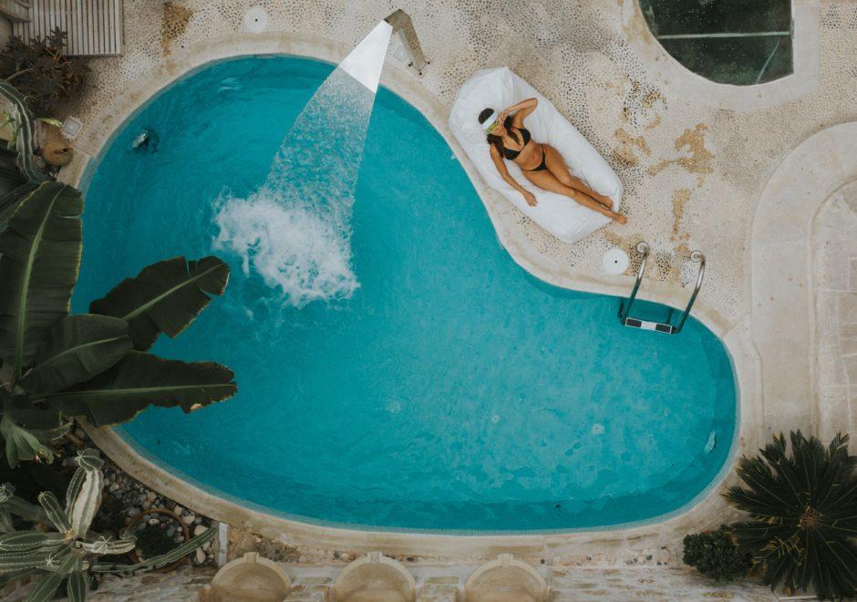 プールで寝てる女性