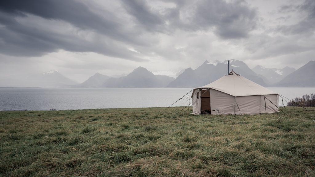 湖前のテント