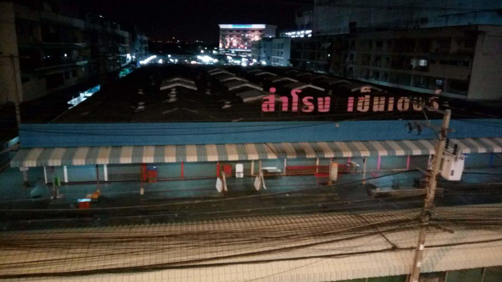 夜のサムローン市場