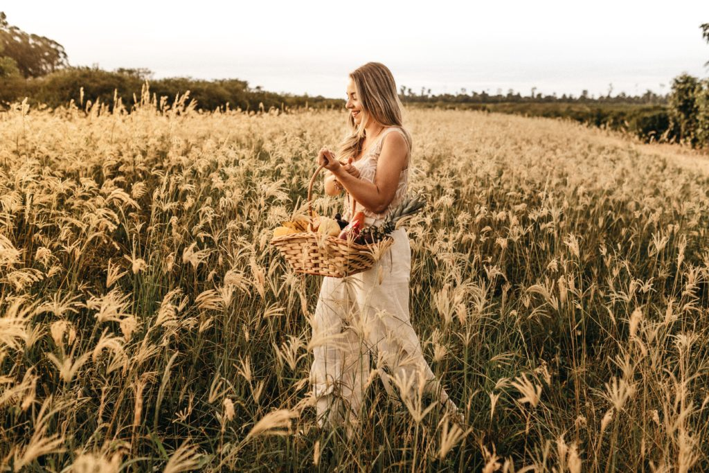 麦を積んでる女性
