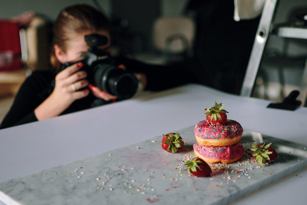 ケーキを撮影してるカメラマン