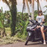 バイク乗ってる東南アジアの女性?