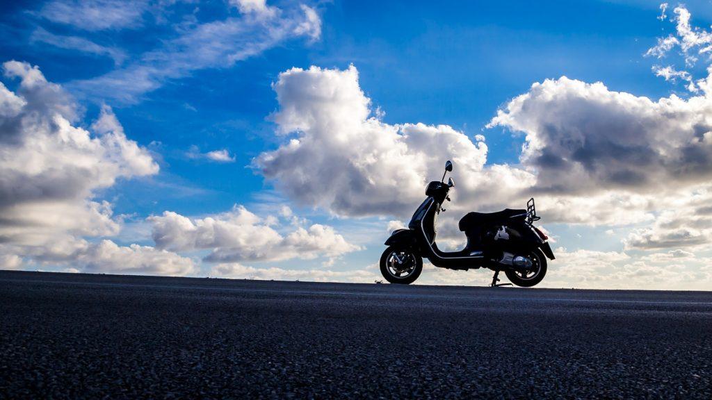 青空の原付バイク